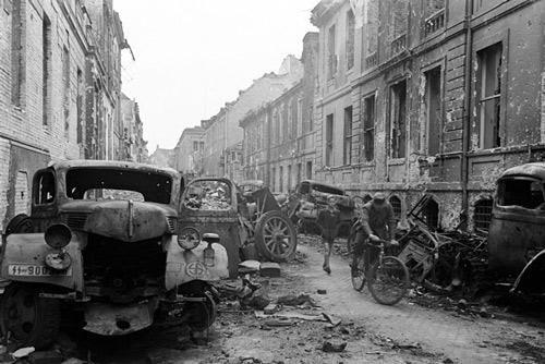 'Ám ảnh' cảnh tượng bên trong boongke của Hitler và Berlin hoang tàn Ảnh 1