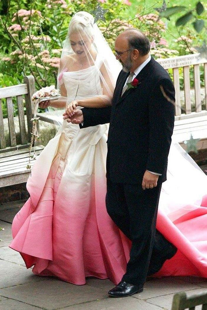 9 bộ váy cưới 'khác bọt' gây tốn giấy mực của người nổi tiếng Ảnh 8