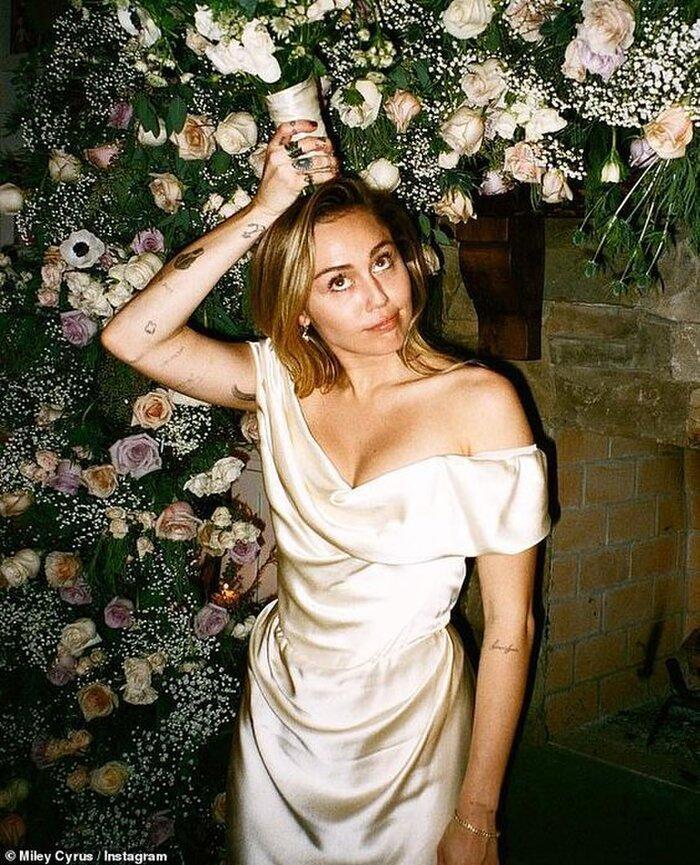 9 bộ váy cưới 'khác bọt' gây tốn giấy mực của người nổi tiếng Ảnh 9