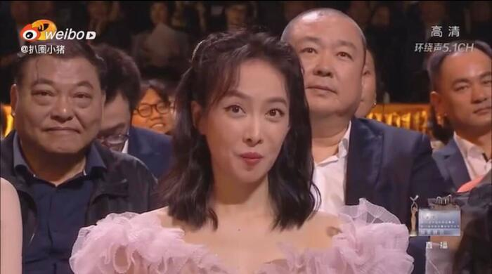 Thái độ 'coi thường' của Tống Thiến gây sốc khi thấy Triệu Lệ Dĩnh lên sân khấu trao giải Kim Ưng Ảnh 4