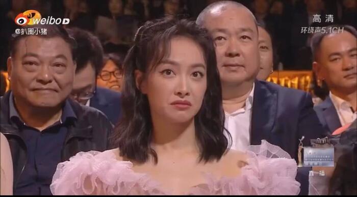 Thái độ 'coi thường' của Tống Thiến gây sốc khi thấy Triệu Lệ Dĩnh lên sân khấu trao giải Kim Ưng Ảnh 5