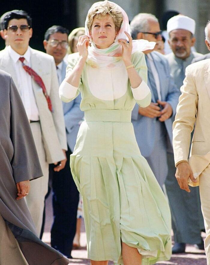 Lên đồ với khăn lụa quấn cổ chuẩn tiểu thư Pháp như Emily in Paris Ảnh 3