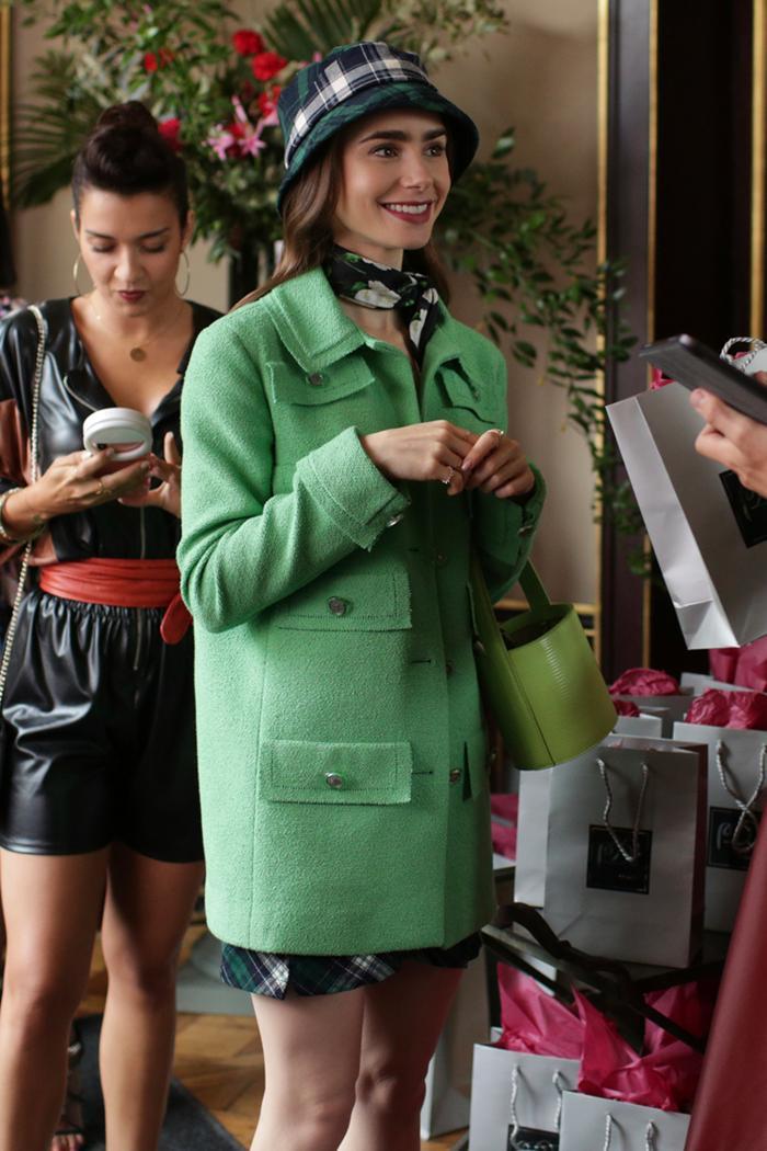 Lên đồ với khăn lụa quấn cổ chuẩn tiểu thư Pháp như Emily in Paris Ảnh 4