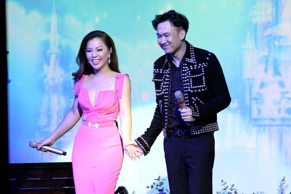 Minh Tuyết khoe eo thon, hôn Dương Triệu Vũ trên sân khấu Ảnh 7