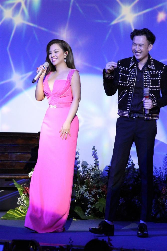 Minh Tuyết khoe eo thon, hôn Dương Triệu Vũ trên sân khấu Ảnh 5