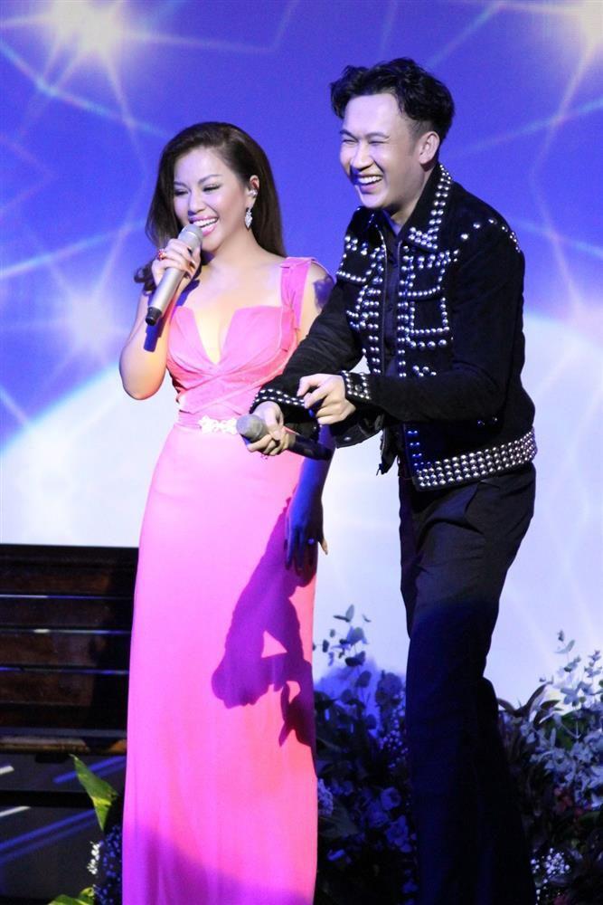 Minh Tuyết khoe eo thon, hôn Dương Triệu Vũ trên sân khấu Ảnh 4