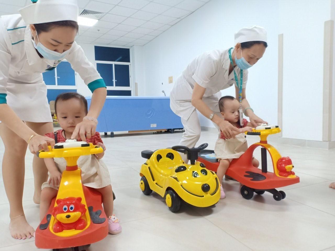Hai 'thiên thần nhỏ' Trúc Nhi - Diệu Nhi đến viện tái khám, thích thú trổ tài 'đua xe'
