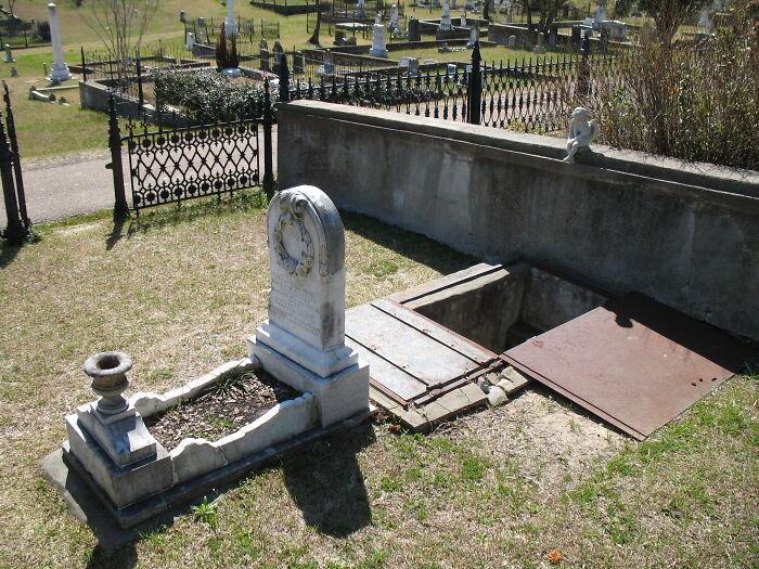 Lối nhỏ đặc biệt sát phần mộ 149 năm tuổi khiến dân tình tò mò nhưng lý do đằng sau lại khiến ai nấy bật khóc Ảnh 3