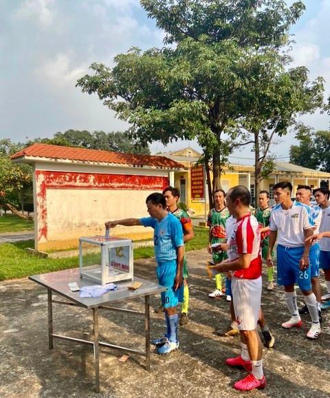 Giao hữu bóng đá 'Thương về miền Trung' quyên góp cho bà con vùng lũ Ảnh 2