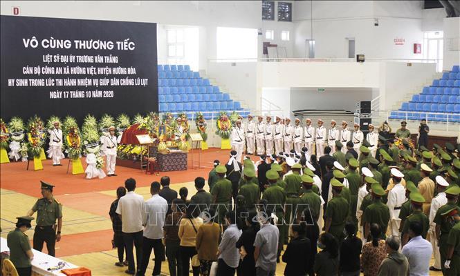 Lễ viếng Đại úy Trương Văn Thắng hy sinh khi giúp dân sau lũ dữ Ảnh 2