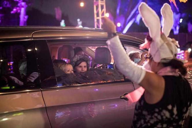 Không khí lễ hội Halloween toàn cầu: Hình nộm bí ngô cũng phải đeo khẩu trang! Ảnh 9