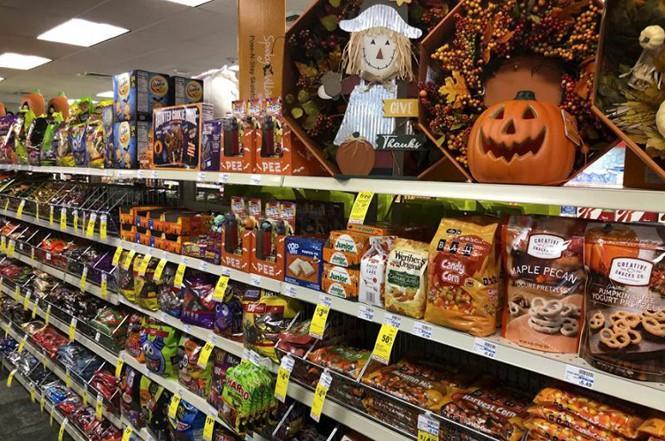 Không khí lễ hội Halloween toàn cầu: Hình nộm bí ngô cũng phải đeo khẩu trang! Ảnh 5