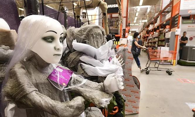 Không khí lễ hội Halloween toàn cầu: Hình nộm bí ngô cũng phải đeo khẩu trang! Ảnh 6