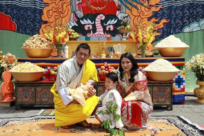 3 anh em Quốc vương Bhutan lấy 3 chị em cùng một nhà Ảnh 3