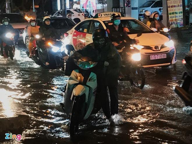Đường phố TP.HCM ngập nặng sau mưa lớn Ảnh 1