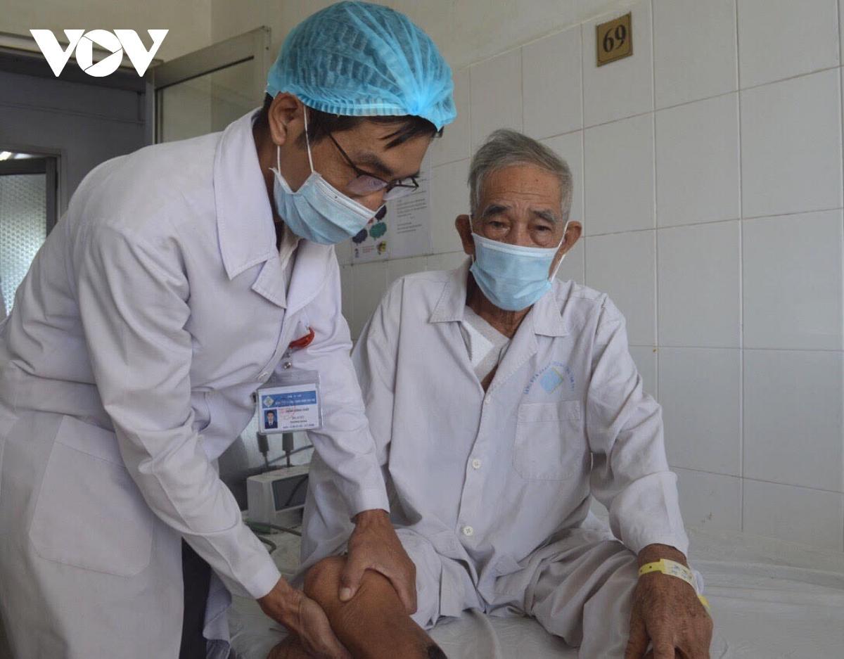 Phẫu thuật thành công cho cụ ông gần 80, thoát khỏi nguy cơ đoạn chi Ảnh 2