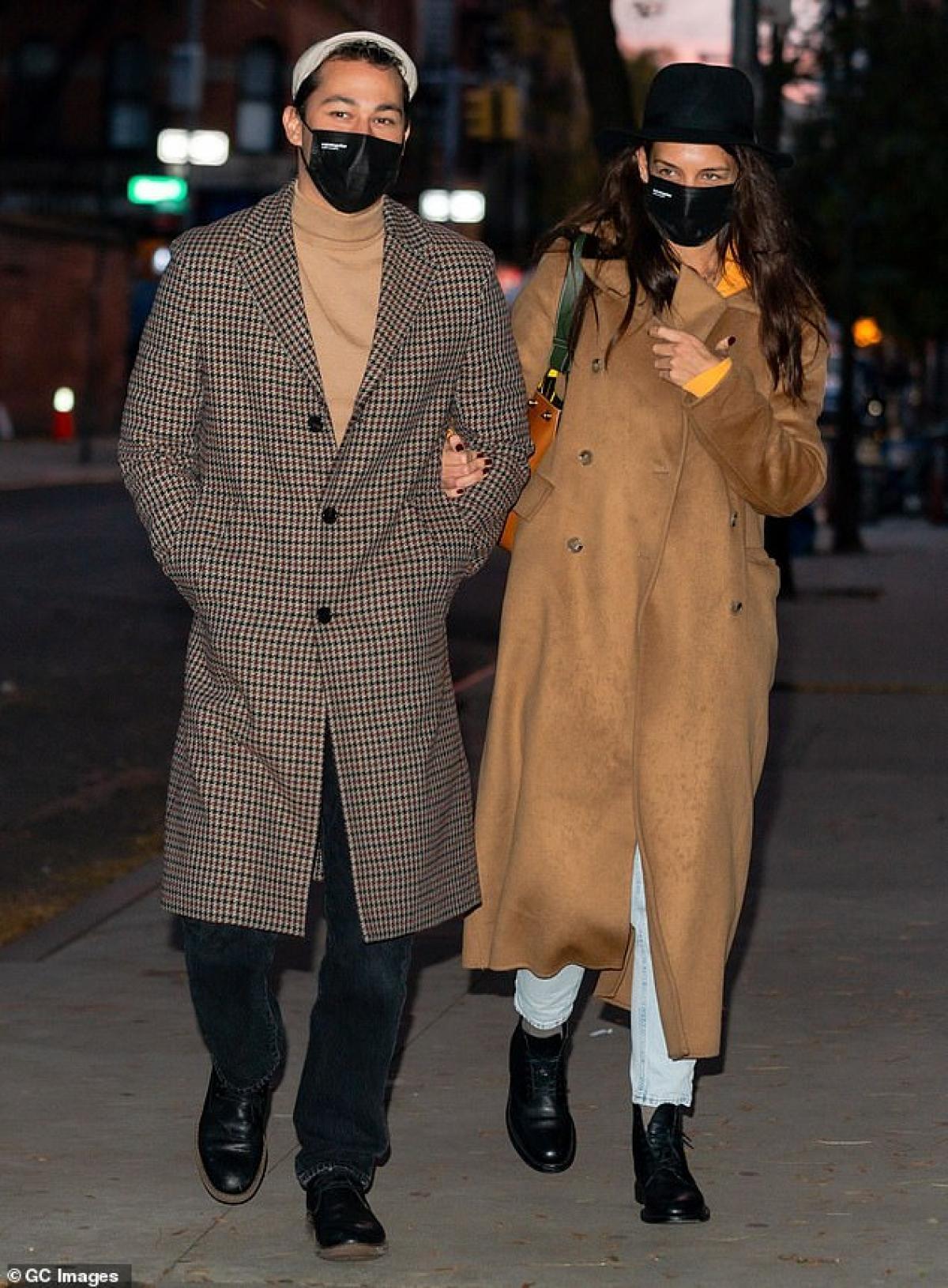 Katie Holmes thân mật khoác tay tình trẻ đi dạo dưới tiết trời thu tuyệt đẹp Ảnh 1