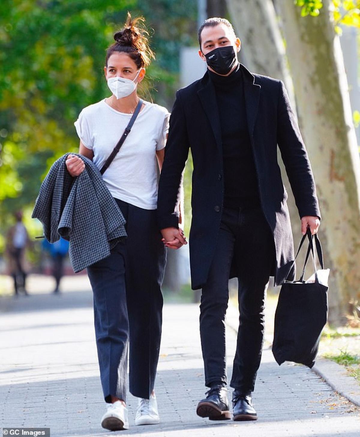 Katie Holmes thân mật khoác tay tình trẻ đi dạo dưới tiết trời thu tuyệt đẹp Ảnh 6