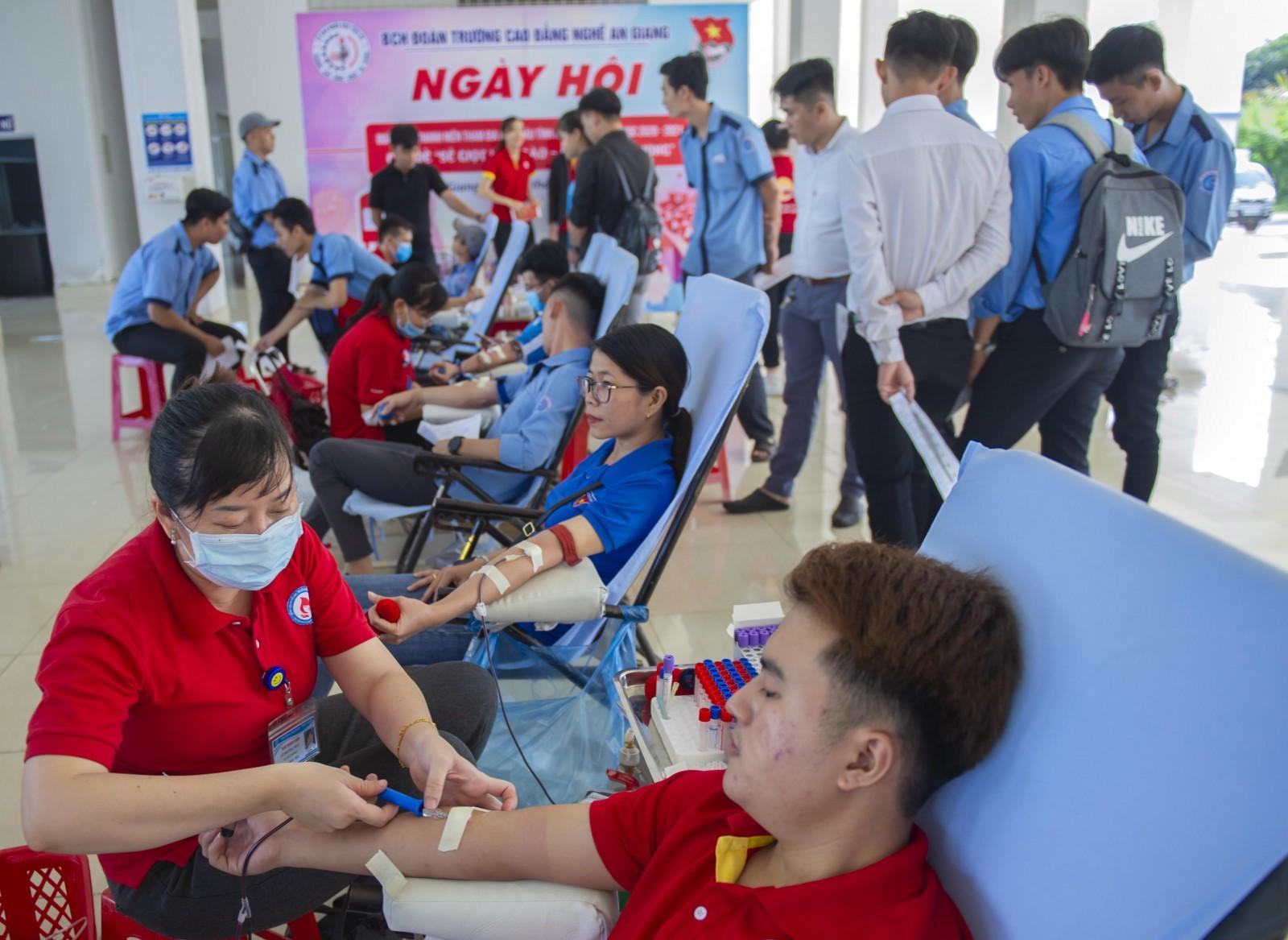 Đoàn trường Cao đẳng Nghề An Giang: Tổ chức hiến máu tình nguyện lần I năm học 2020- 2021 Ảnh 1