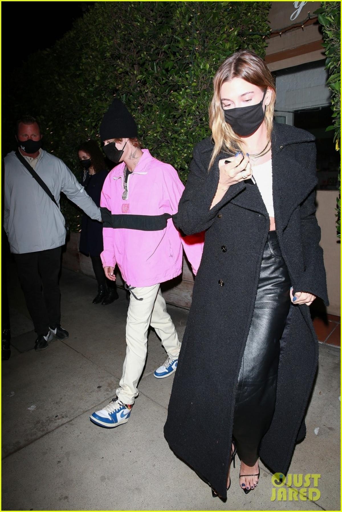 Justin Bieber mặc áo hồng rực đi ăn tối lãng mạn cùng vợ Ảnh 3