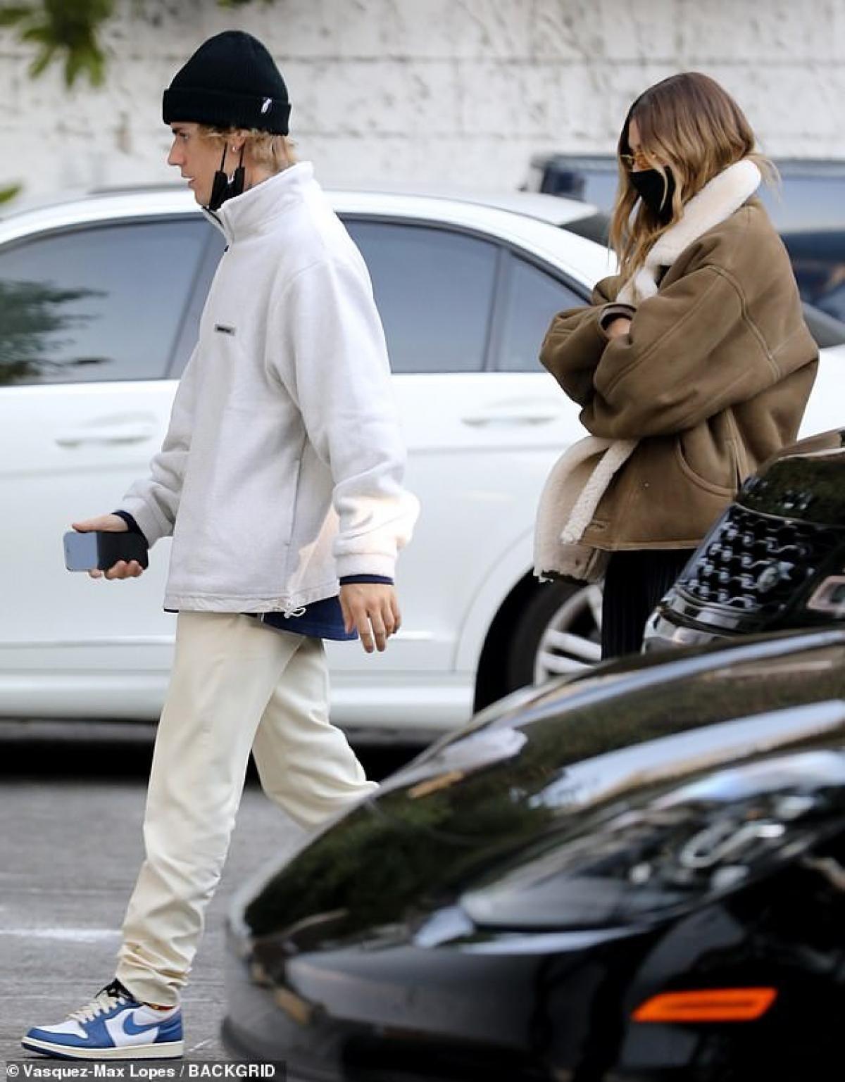 Justin Bieber mặc áo hồng rực đi ăn tối lãng mạn cùng vợ Ảnh 6