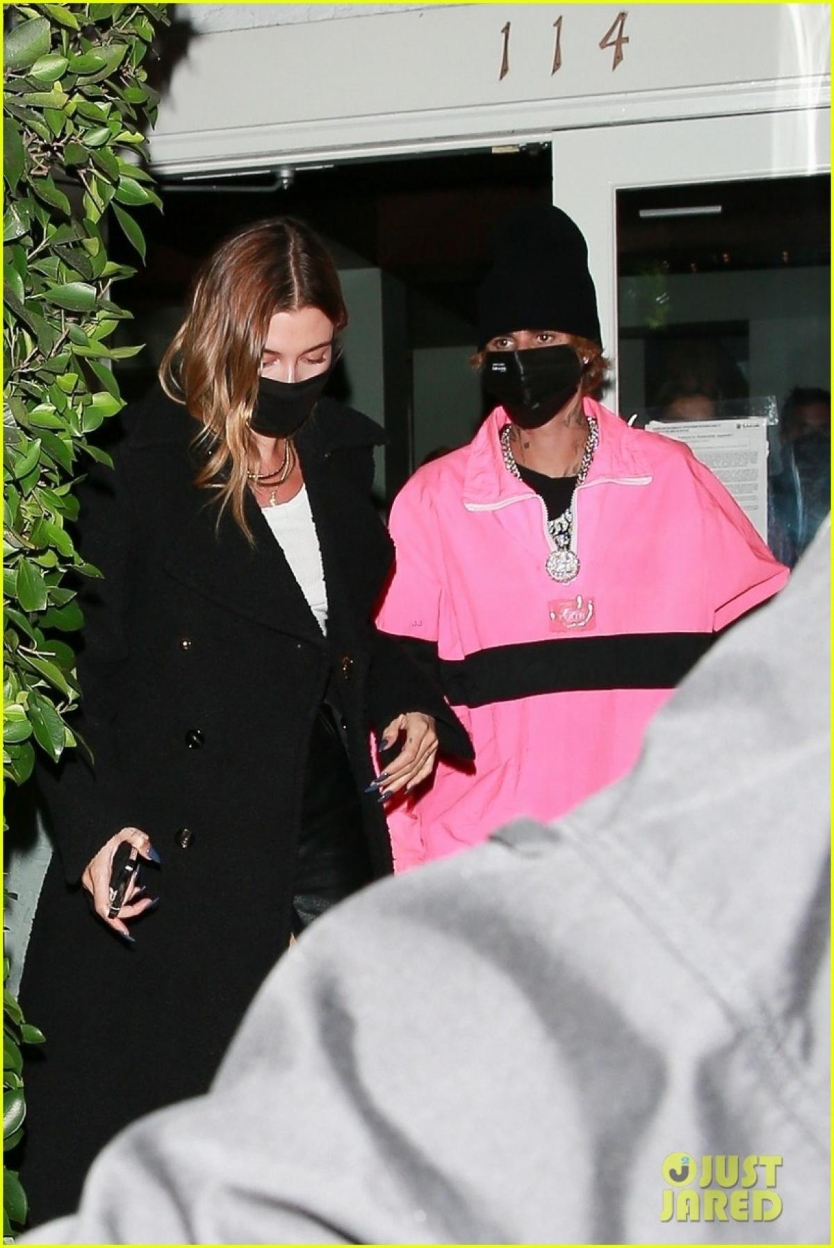 Justin Bieber mặc áo hồng rực đi ăn tối lãng mạn cùng vợ Ảnh 2