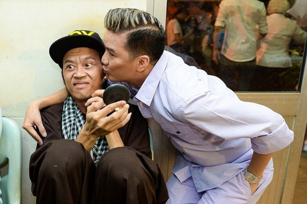 """Hoài Linh và Đàm Vĩnh Hưng vốn có quan hệ thân thiết. """"Ông hoàng nhạc Việt""""  thường xuyên dành cho đàn anh những cử chỉ nồng thắm."""