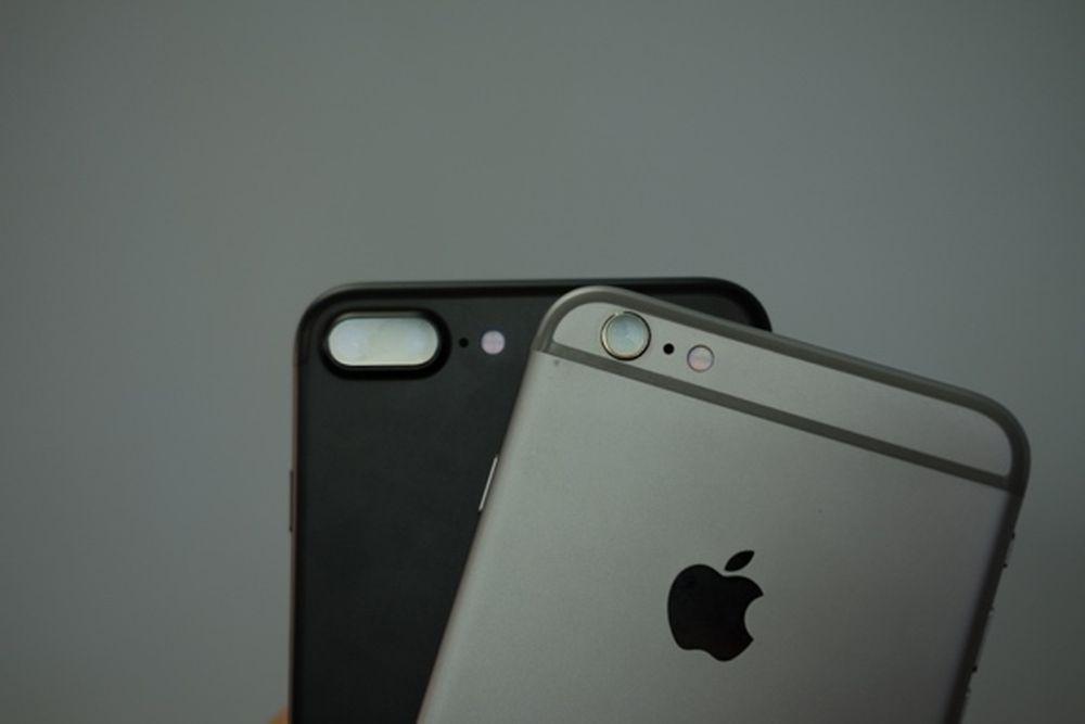 Hai máy chỉ thực sự khác nhau khi nhìn từ mặt sau, nếu chú ý vào camera,  viền ăng-ten, và dĩ nhiên iPhone 6 Plus hay 6S Plus không có màu đen.