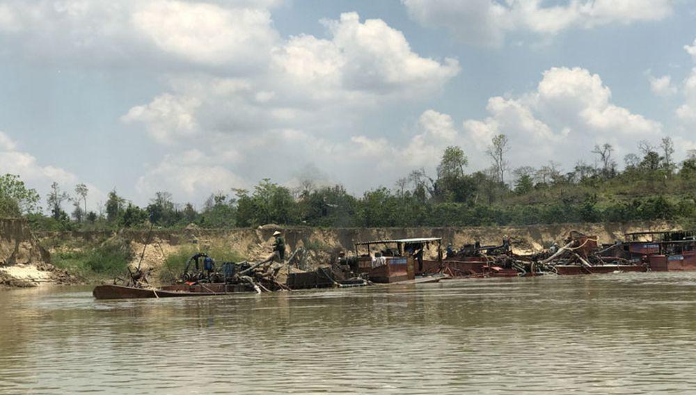 Hình Ảnh: Những Con Sông Quằn Quại Vì Tàu Hút Cát Quần Thảo