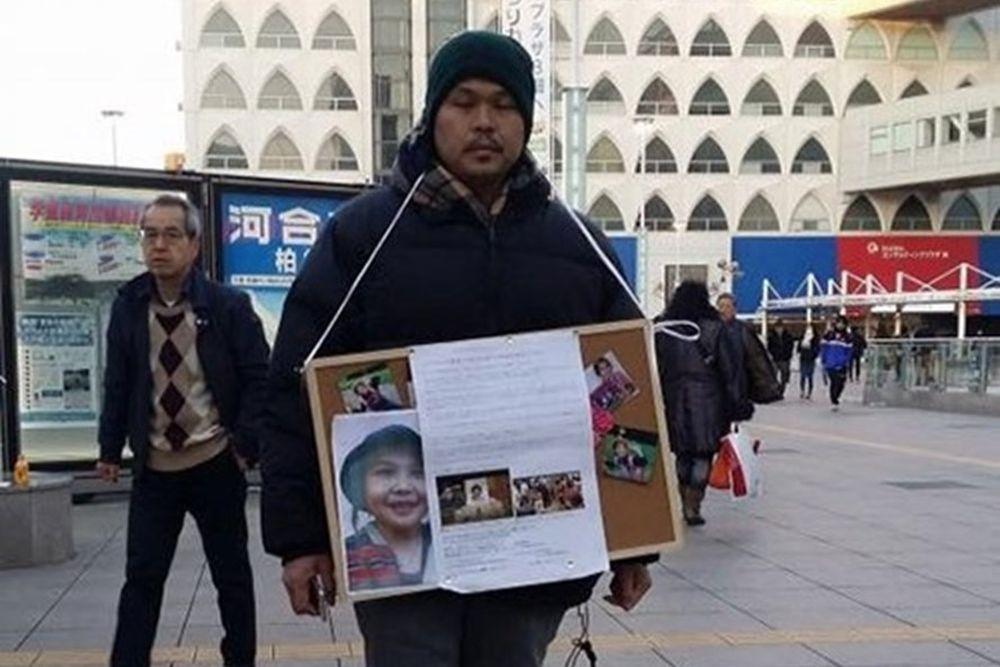 Cha của bé Nhật Linh, anh Lê Anh Hào, xin chữ ký tại ga Kashiwa, Chiba, Nhật  Bản. Ảnh: Facebook/ Nguyễn Thị Nguyên.