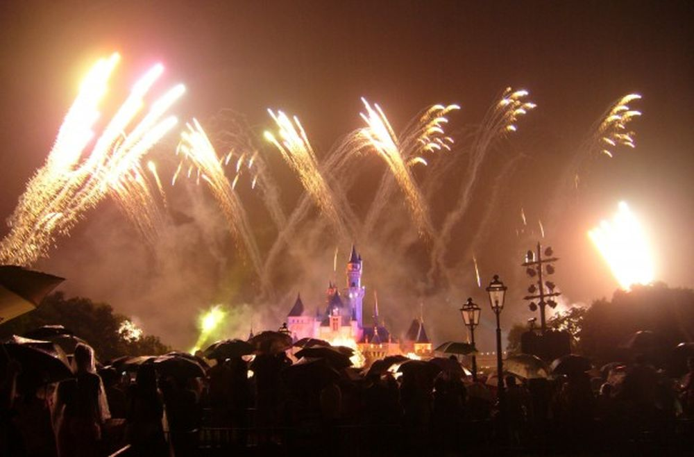 Ví Dụ Như Ở Hình Ảnh Bên Dưới Bạn Có Thể Thấy Hình Ảnh Của Disneyland Làm  Điểm Nhấn Rất Tốt Trong Tấm Hình Pháo Hoa Này.