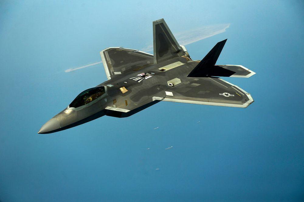 Mỹ Cũng Bắt Đầu Đưa Chiến Đấu Cơ Thế Hệ Thứ 5 F-35 Vào Hoạt Động, Nhưng Nó  Vẫn Không Thể Vượt F-22 Raptor Về Tính Năng Tàng Hình Và Khả Năng Linh Hoạt.