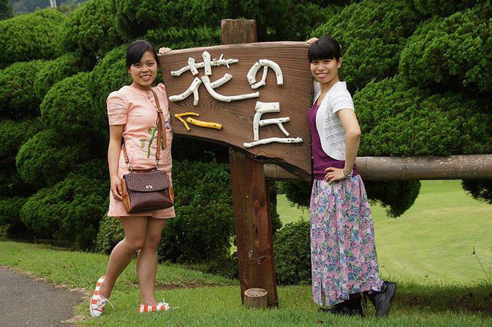 Nguyễn Thị Thảo (bên phải) chụp ảnh tại Nhật Bản, nơi chị theo học thạc sỹ  công nghệ vũ trụ từ 2013-2015. Ảnh: NVCC.