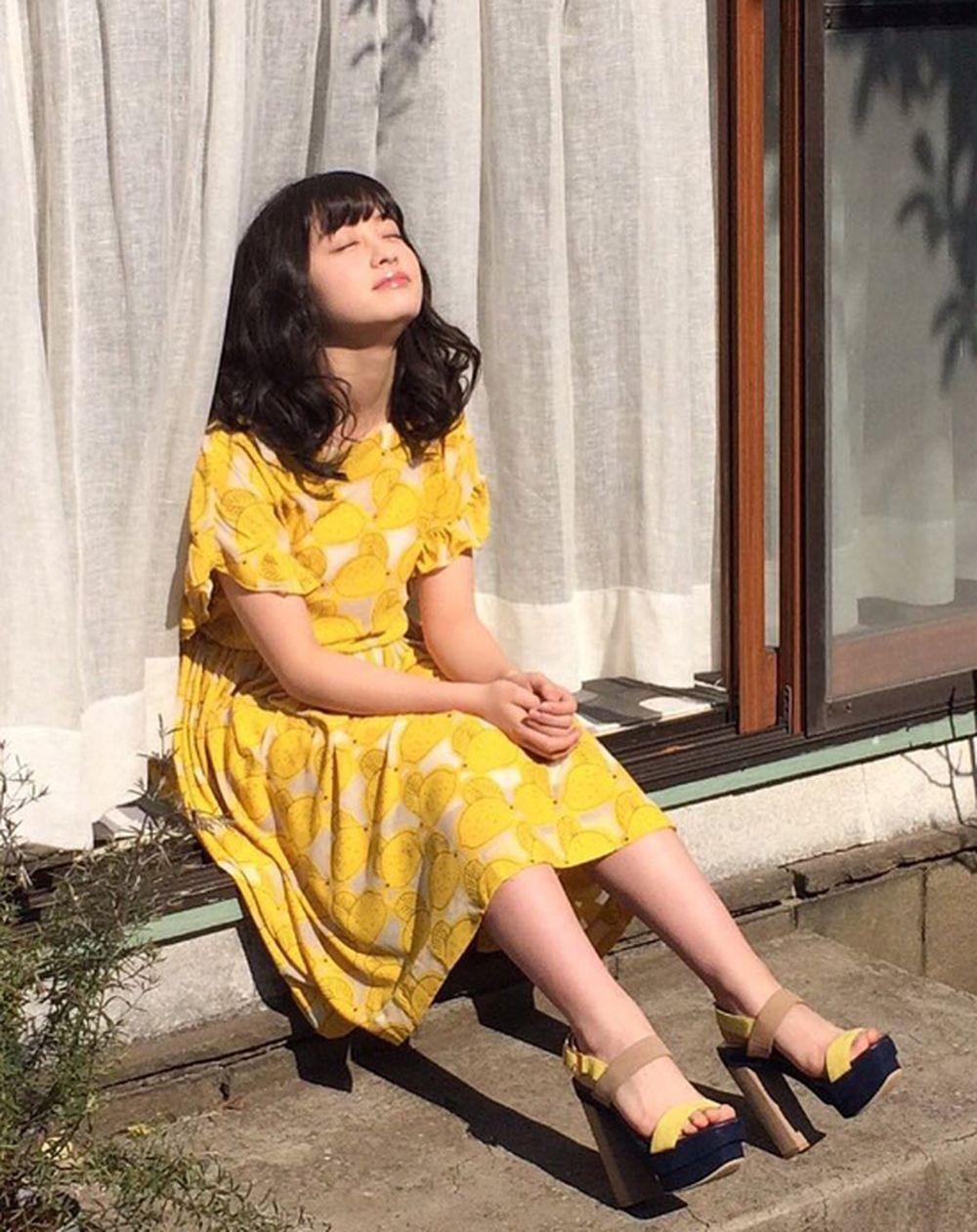 Kanna Hashimoto diện đồng phục nữ sinh.
