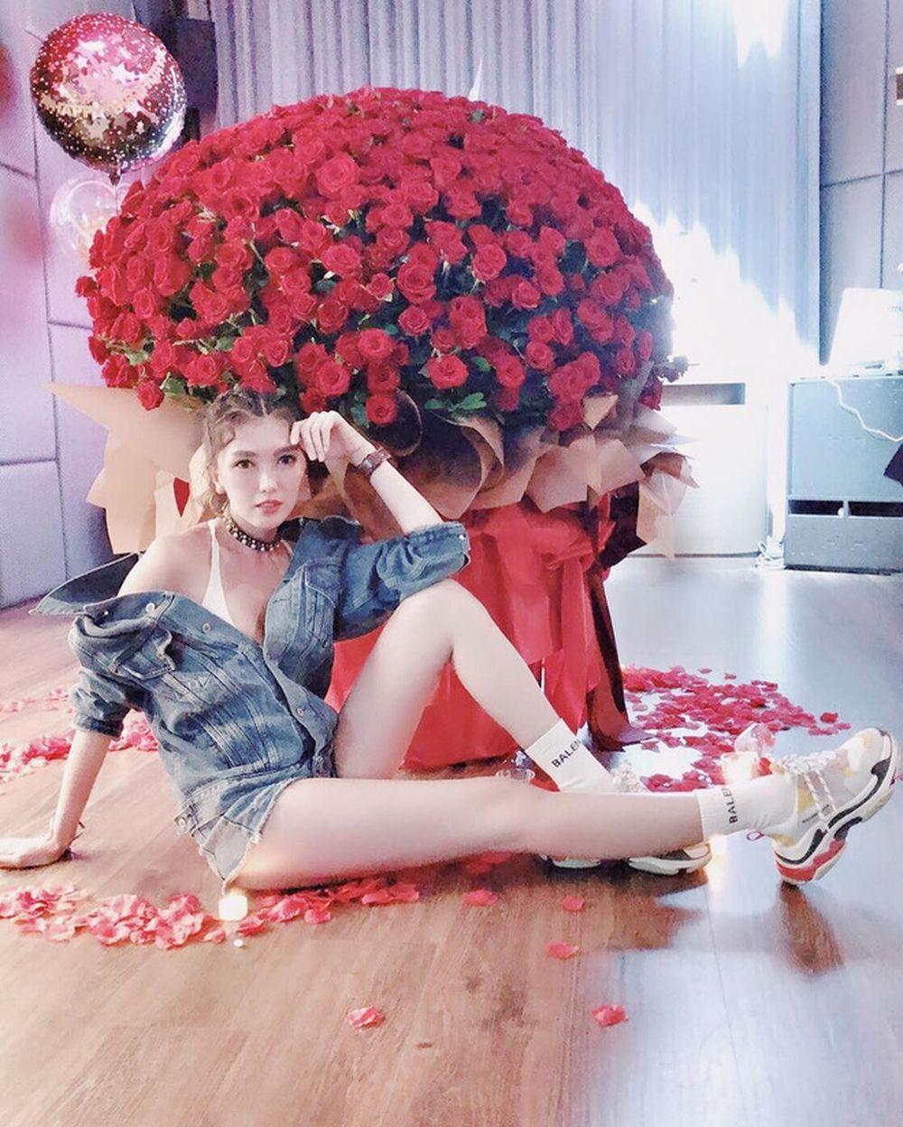 """Tiền Soái Quân đăng tải hình ảnh bó hoa hồng khổng lồ kèm lời khẳng định:  """"Cuối cùng chồng yêu cũng cầu hôn"""". Cô còn khoe thêm: """"Anh ấy đã mua tất ..."""