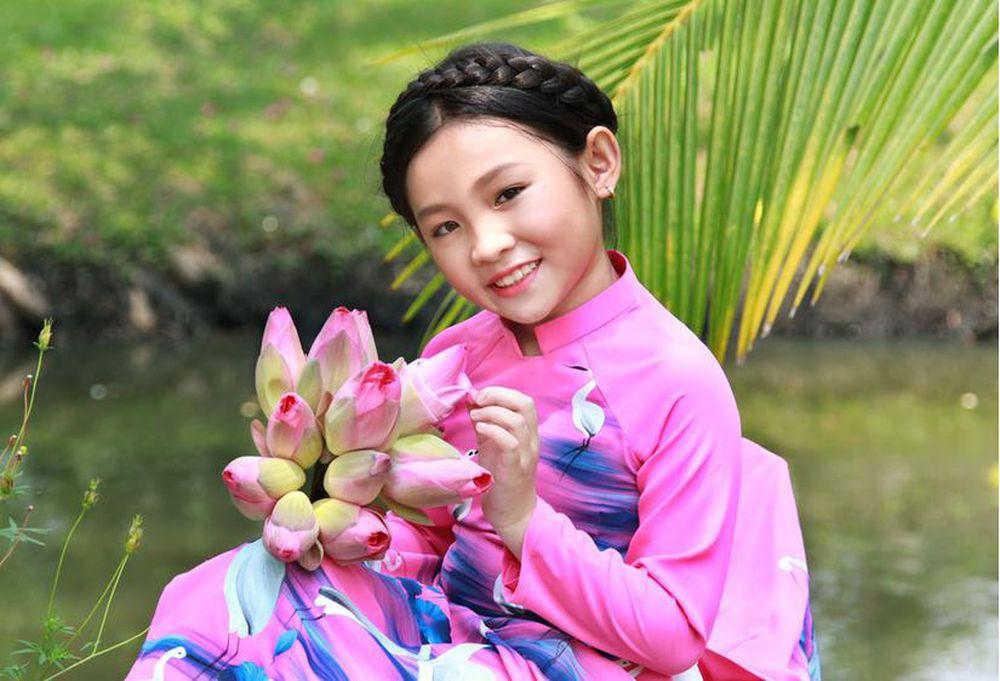 Be Nghi đinh Duyen Dang Trong Bộ Trang Phục Miền Tay Bao Gia đinh Việt Nam Chuyen Trang đời Sống Plus