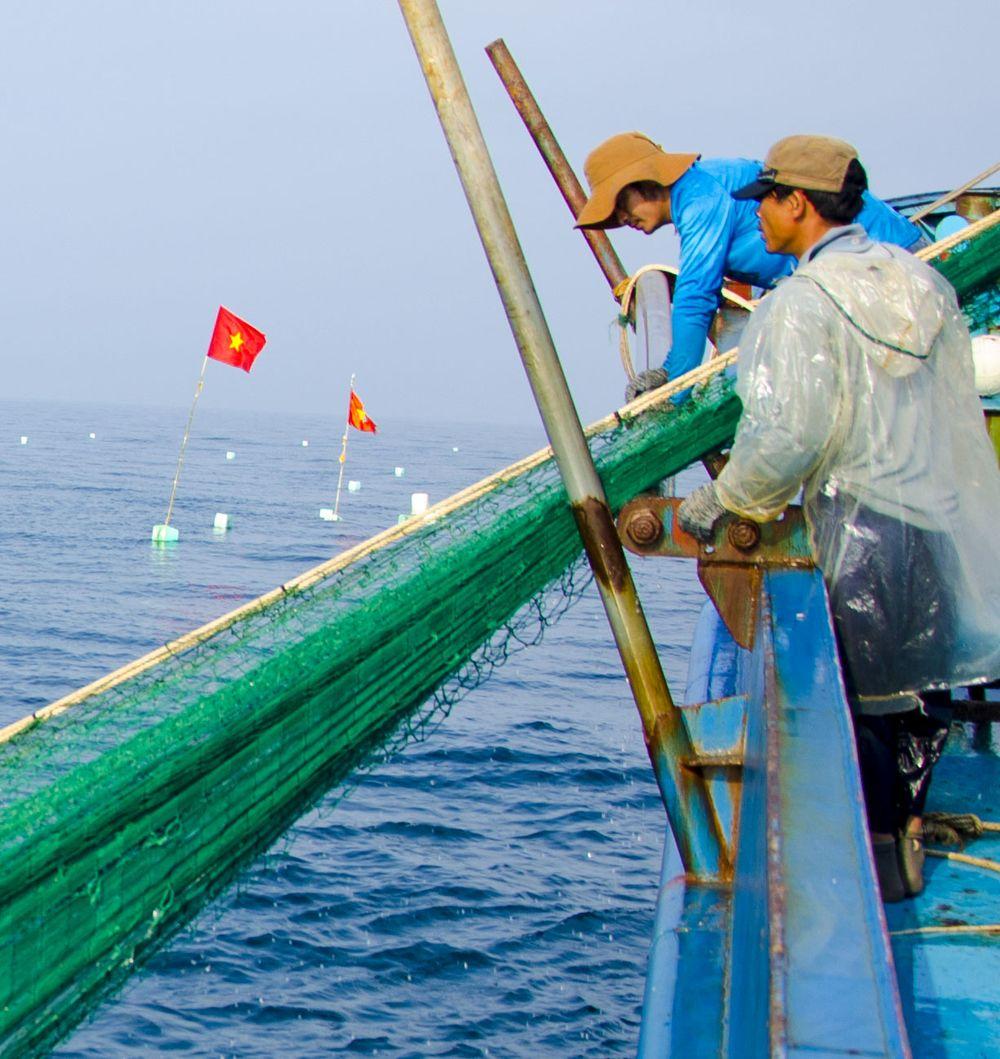 Cờ Lưới Rê Được Thả Như Cột Mốc Trên Biển. Ảnh: Văn Chương