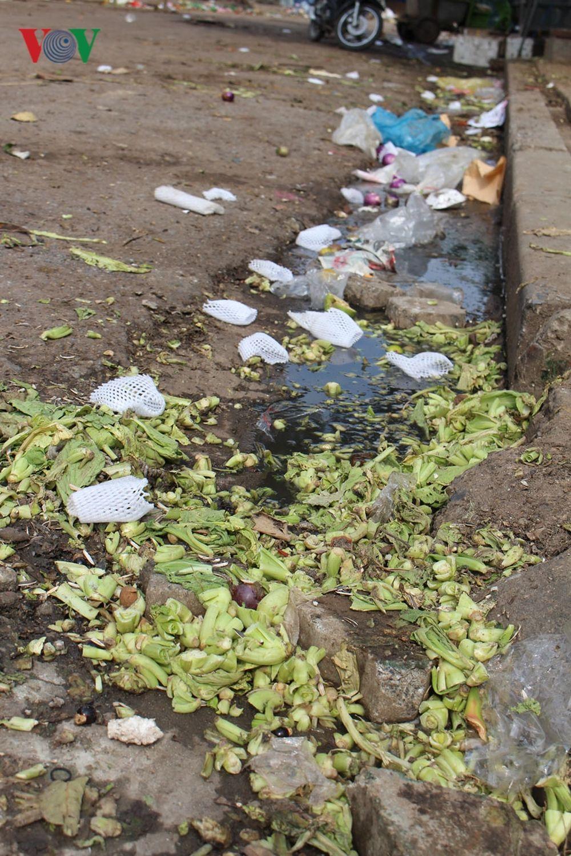 Mặc dù, khi buôn bán ở chợ, các tiểu thương phải ký vào bản nội quy trong đó có quy định về vệ sinh môi trường, tuy nhiên, rác từ quá trình ...