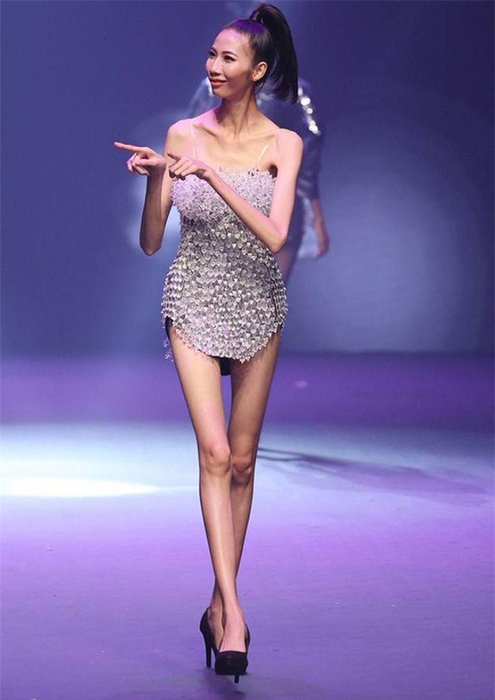 Những ngày qua, hình ảnh người mẫu Top 5 Cao Ngân sải bước trên sàn catwalk với thân hình gầy gò, trơ xương trở thành chủ đề xôn xao nhất mạng xã hội.