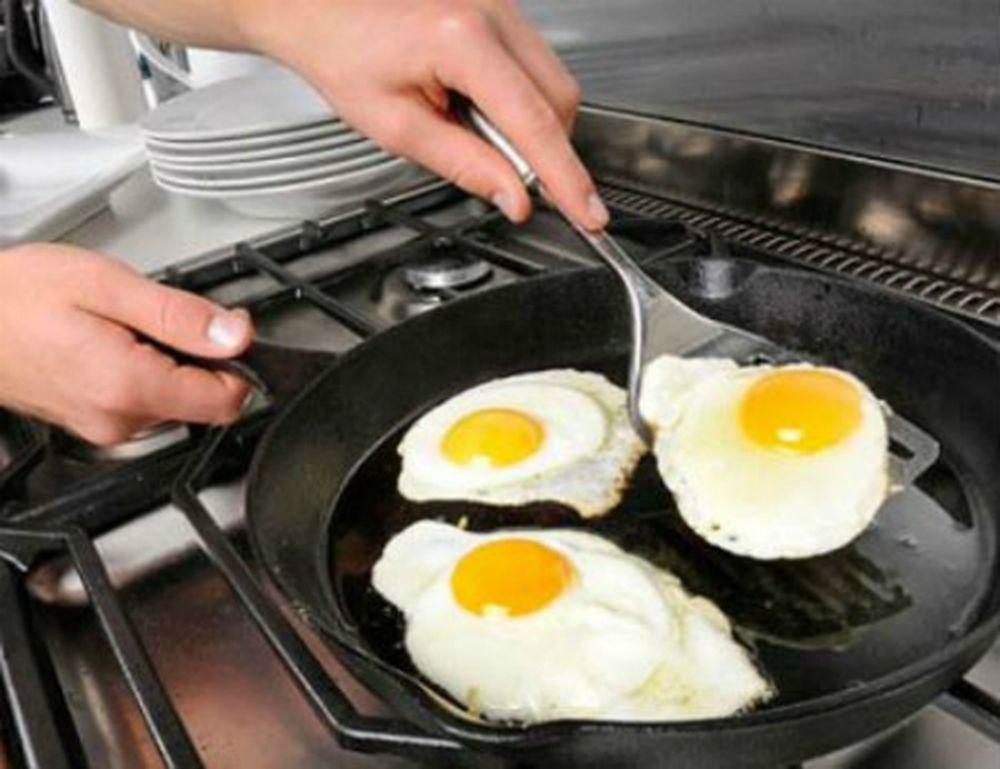 Dùng vật sắt nhọn xào nấu