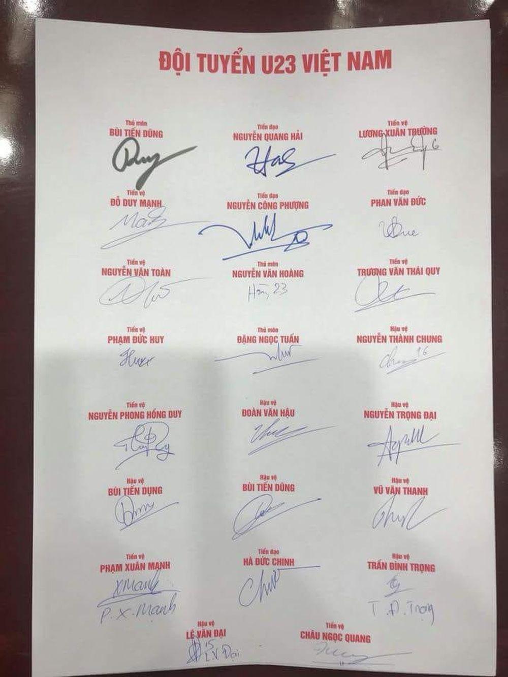 Điều đáng nói rất nhiều người hâm mộ chụp hình lưu niệm và xin chữ ký các cầu thủ nhưng xin được tất cả chữ ký thì chắc chỉ có duy nhất cô gái Vy Nguyen.