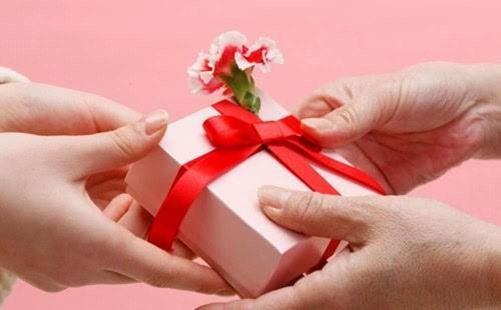 Quà tặng ngày 8/3 và tâm sự của phụ nữ - Báo VOV
