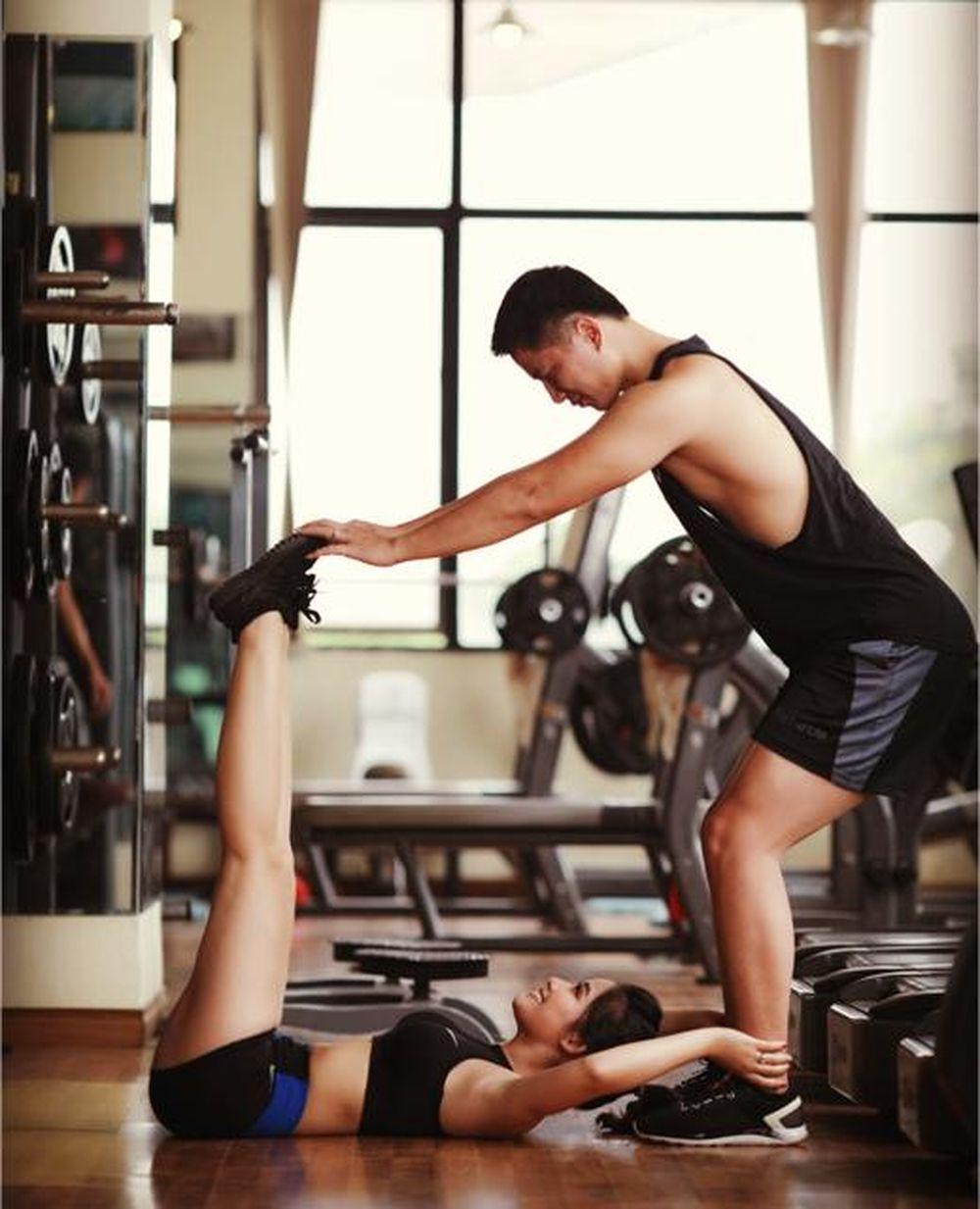 Bên cạnh đó, cặp đôi ở Hà Nội là Đỗ Hoài Thu (1989) và Nguyễn Mạnh Hùng (1988) cũng có bộ ảnh cưới ở phòng tập gym, nơi họ bắt đầu biết ...