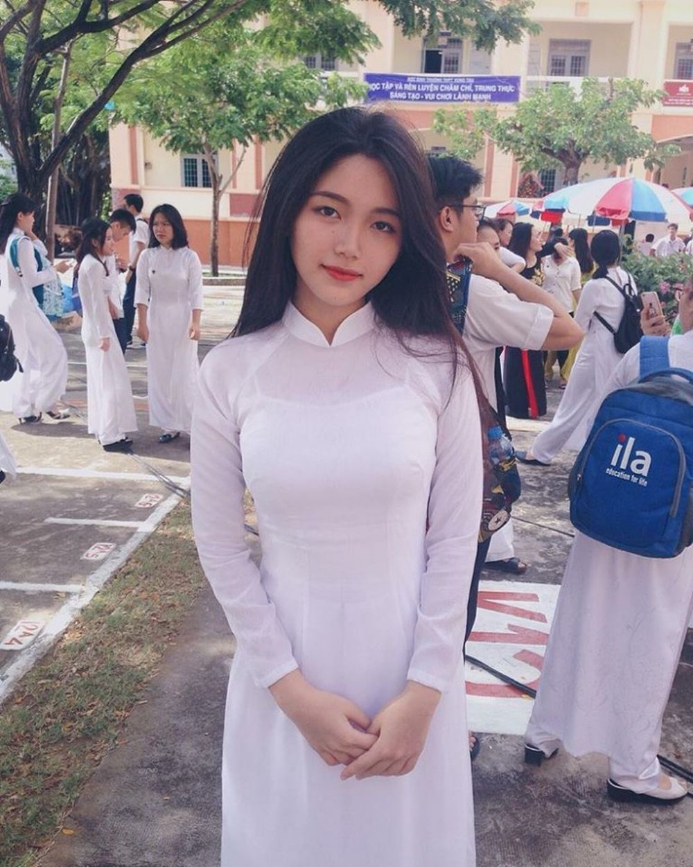 Áo dài trắng, tóc đen thẳng \u201cđúng chuẩn\u201d nét đẹp người con gái Việt Nam.