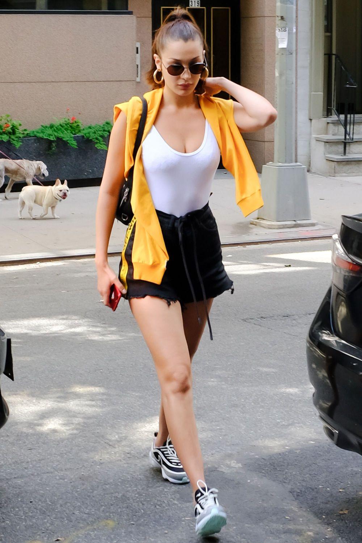 Cảm Hứng Sport-Chic Kết Hợp Cùng Xu Hướng Grunge Fashion Tạo Nên Một Bella  Hadid Vô Cùng Khác Biệt. Set Đồ Này Của Siêu Mẫu Sẽ Chẳng Có Gì Để Nói Nếu  ...