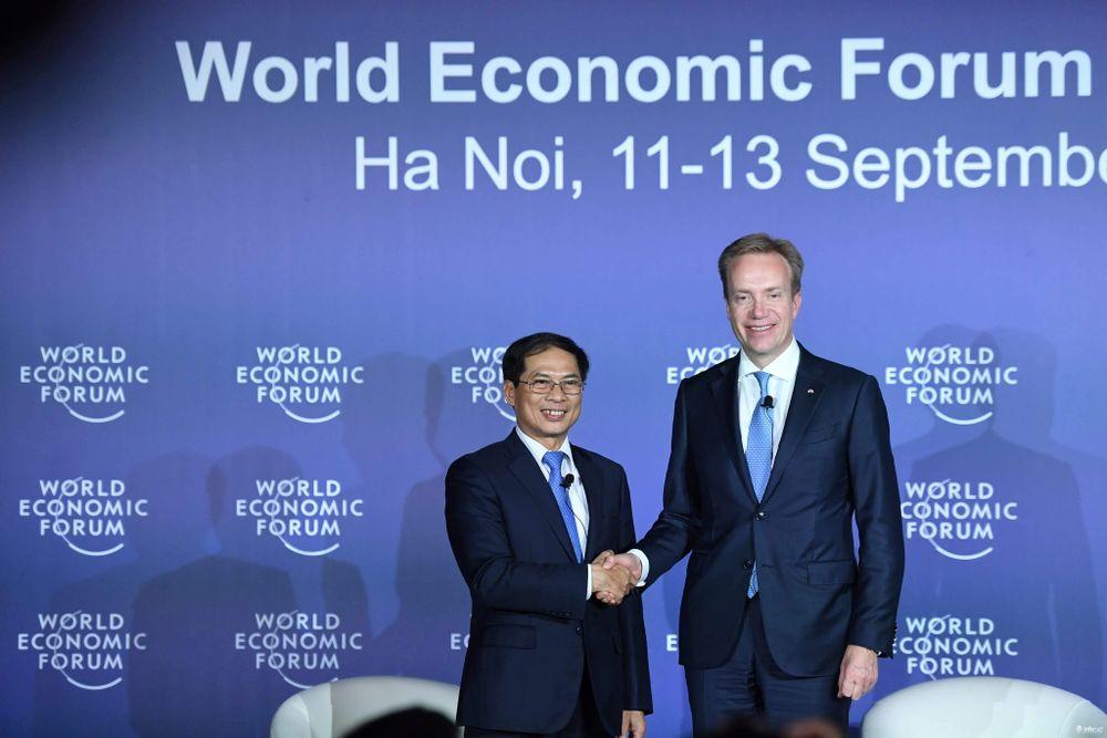 Thứ trưởng Ngoại giao Bùi Thanh Sơn và Chủ tịch WEF Borge Brende.