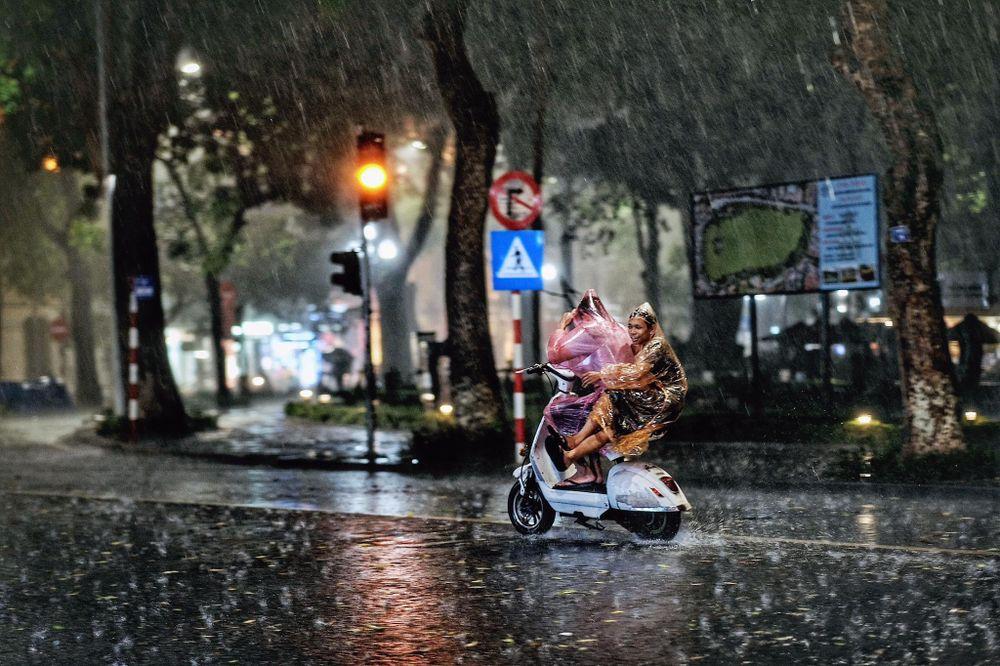 Kết quả hình ảnh cho mưa mùa thu hà nội