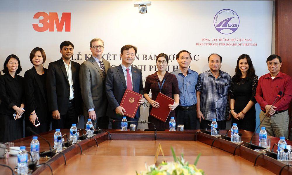 Bà Phan Thị Thu Hiền, Phó Tổng cục trưởng Tổng cục Đường bộ Việt Nam (Bộ  GTVT) đại diện ký kết hợp tác với Công ty 3M Việt Nam (Hoa Kỳ).