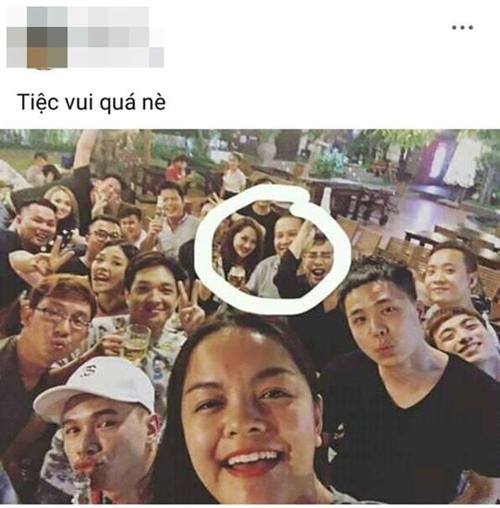 Theo hình ảnh đăng tải cùng dòng trạng thái có thể thấy, hình ảnh được ghi  lại từ một buổi tiệc. Lúc này các nhân vật đều vui vẻ chụp ảnh cùng ...