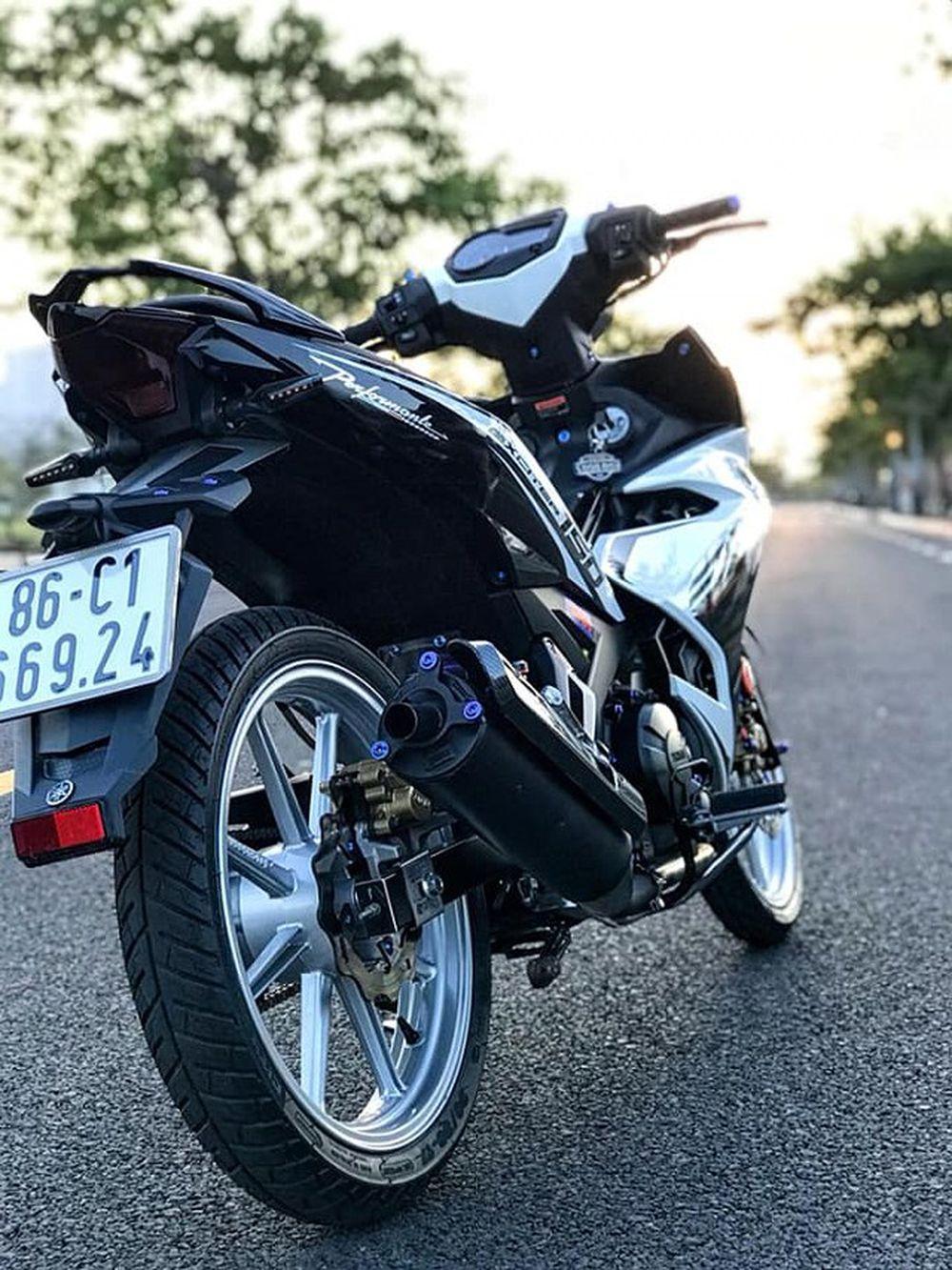 Chiếc Exciter 150 độ được chủ nhân khoác lên một phong cách thời thượng với tem chính hãng do Yamaha Việt Nam sản xuất, phần đầu xe còn được tạo điểm nhấn ...